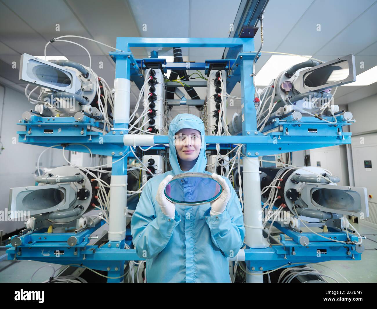 Wissenschaftler mit Filter und Laser-Objektiv Stockbild