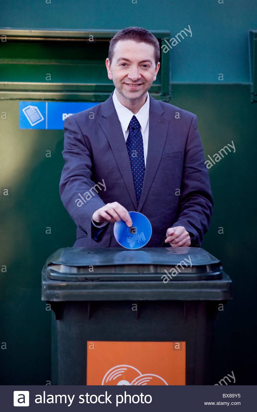 Ein Geschäftsmann eine cd recycling Stockbild