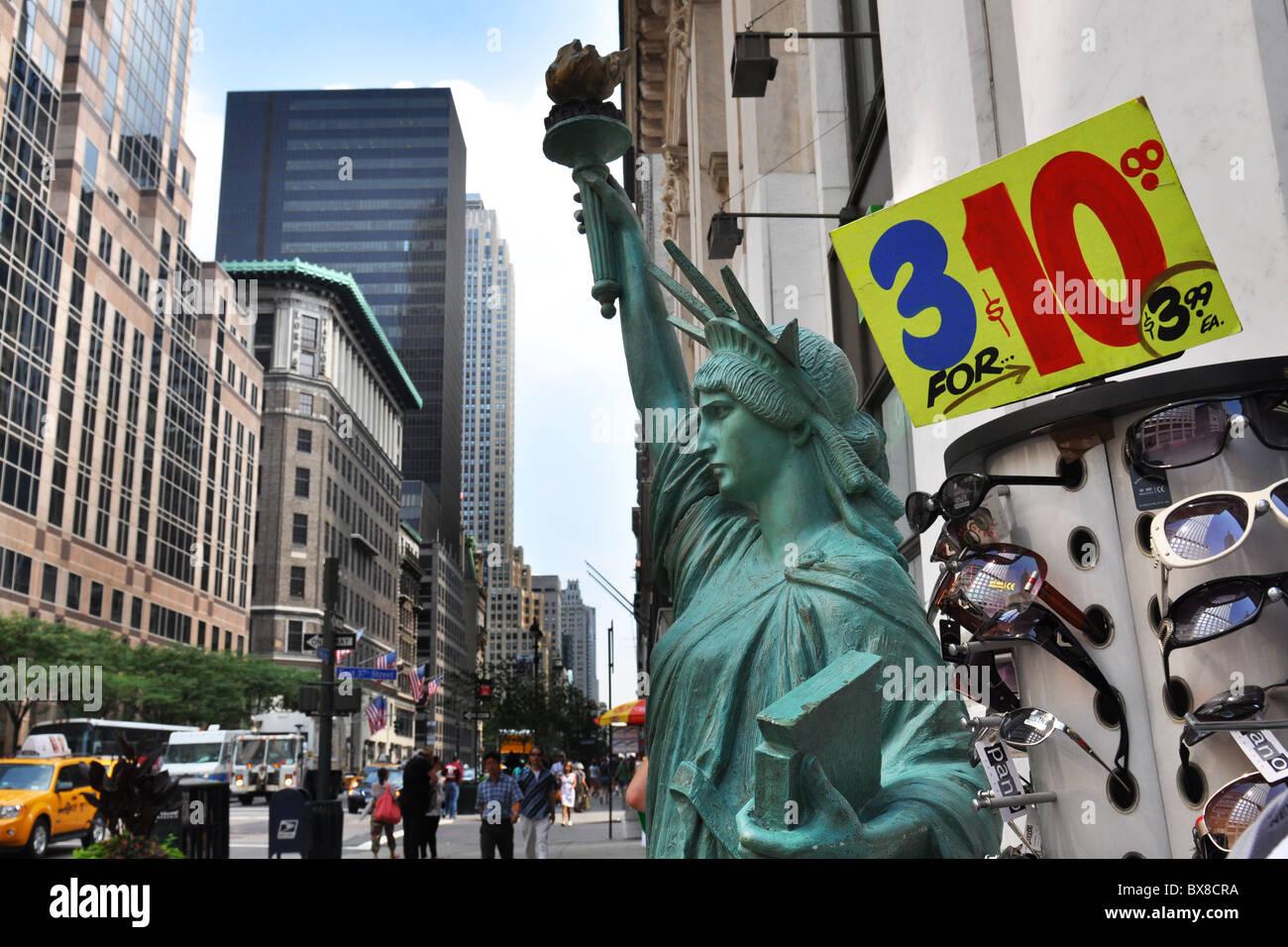 New York City günstige Sonnenbrillen zum Verkauf auf der Fifth Avenue. Stockbild