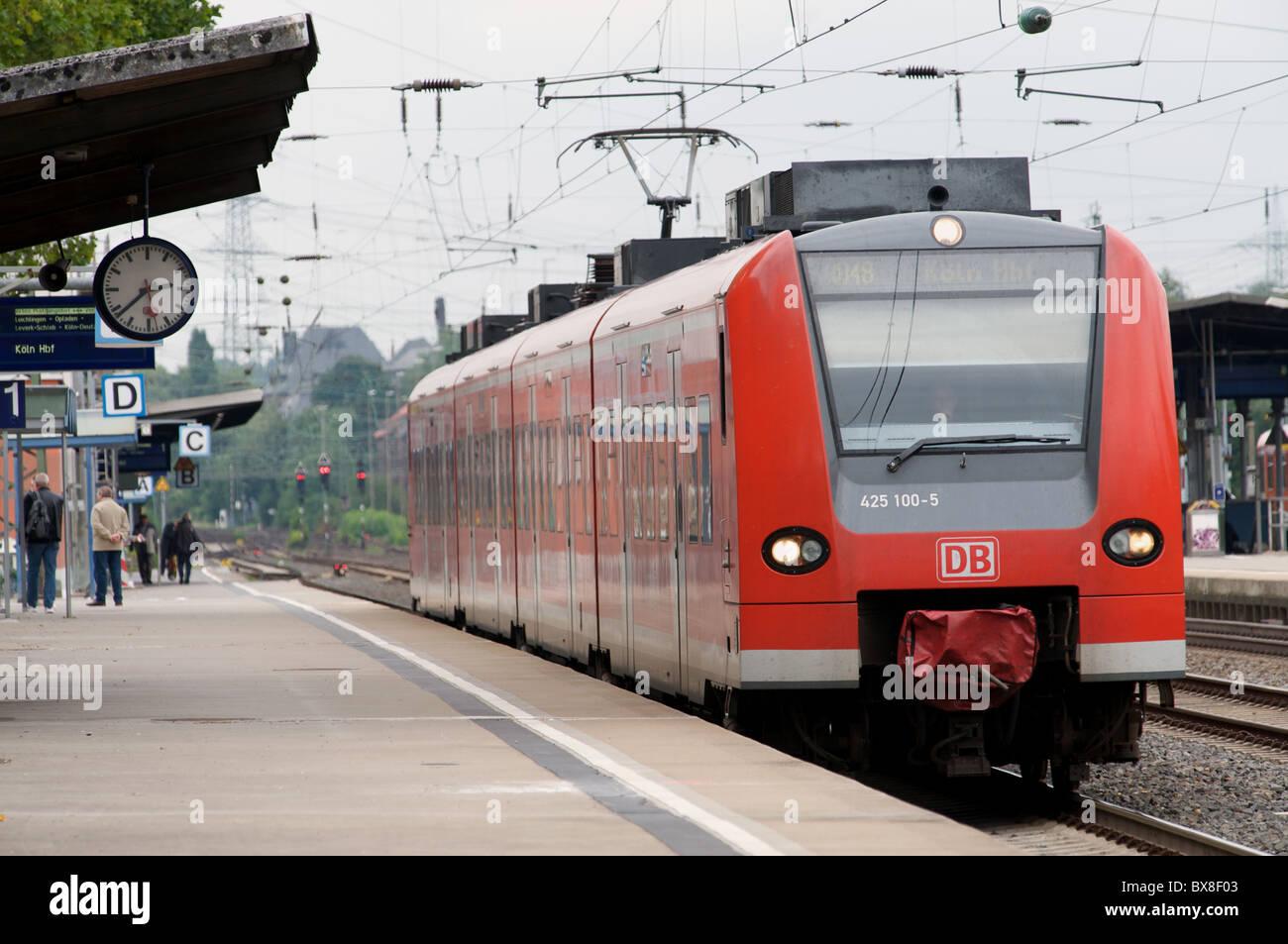 RB 48 (Regionalzug) zwischen Wuppertal und Bonn, Solingen, Germany. Stockbild