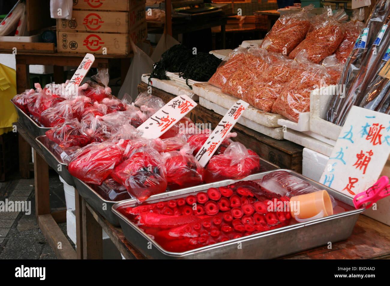Frische Meeresfrüchte zu verkaufen verpackt in einem Tokioter Markt Stockbild