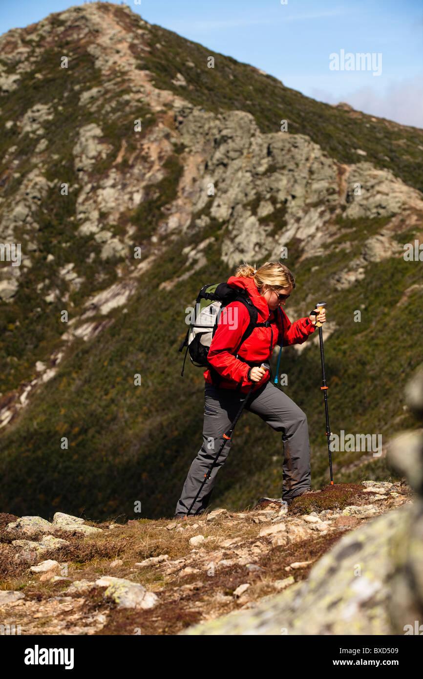 Eine sportliche Frau Wanderungen Franconia Ridge Trail. Stockbild