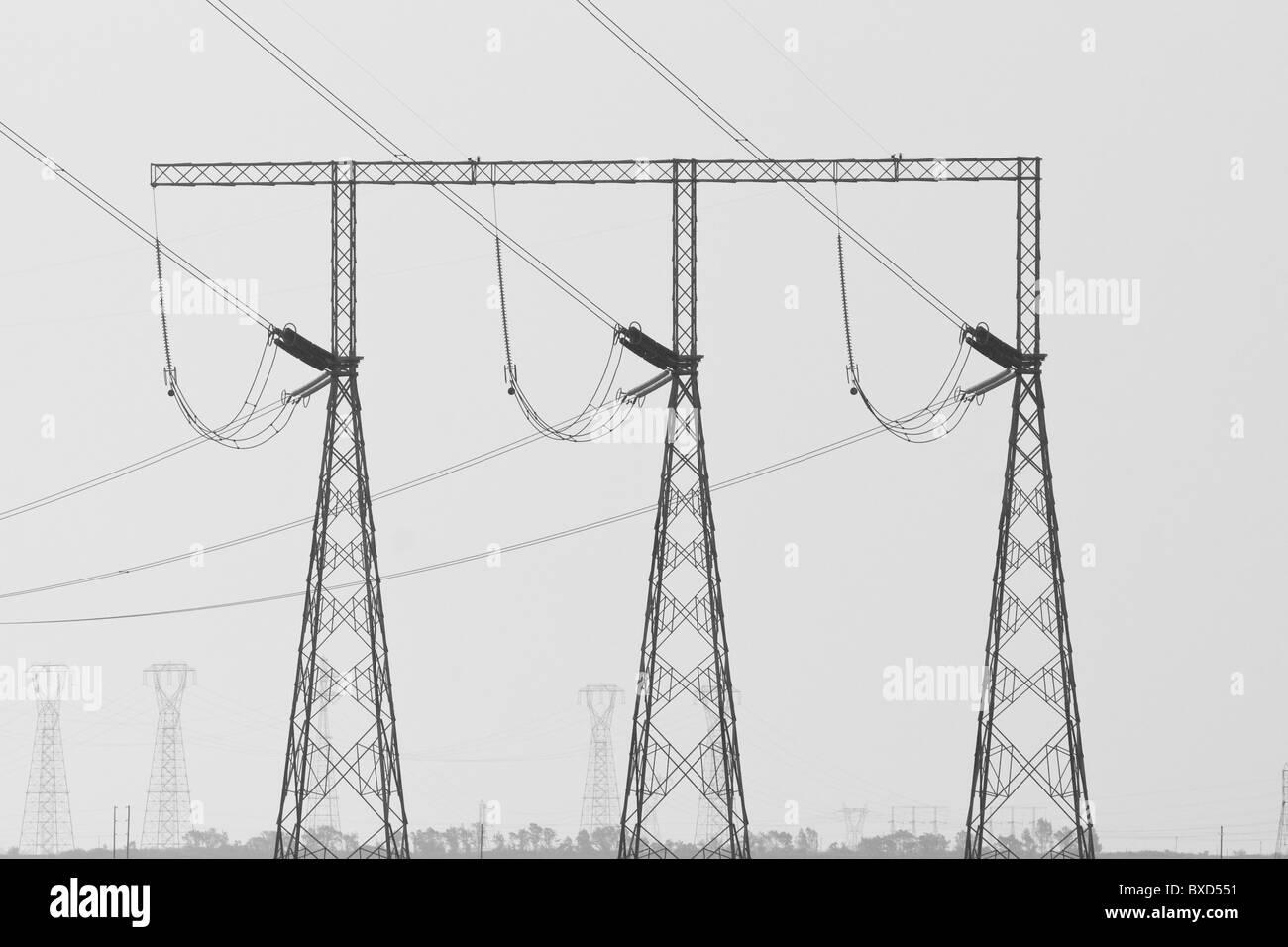 Elektrische Hochspannungsleitungen und Türme Stockbild