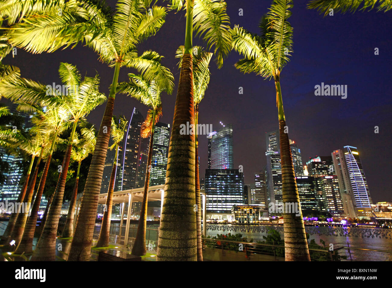 Singapore Marina Bay und die Skyline des Finanzzentrums in der Nacht Stockbild