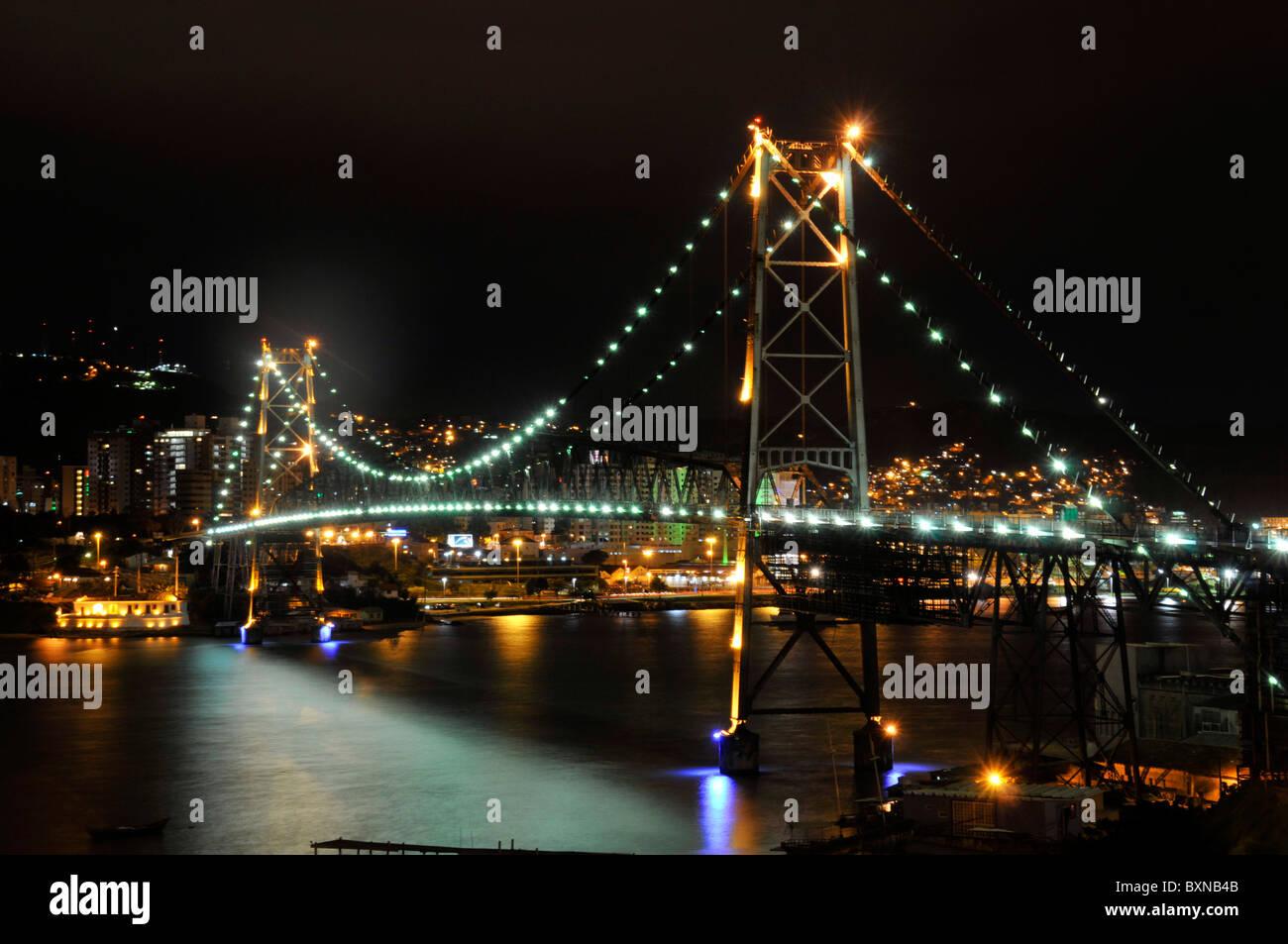 Hercilio Luz-Brücke in der Nacht, verbindet Festland zur Insel Florianopolis, Santa Catarina, Brasilien Stockbild