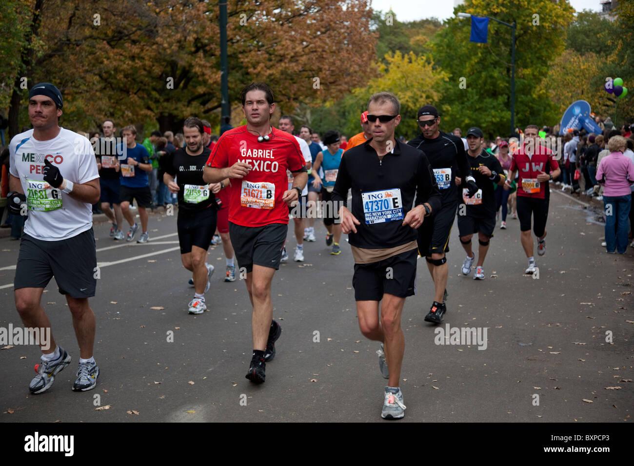 Läufer, die im Wettbewerb im Central Park in New York City Marathon 2009 Stockbild