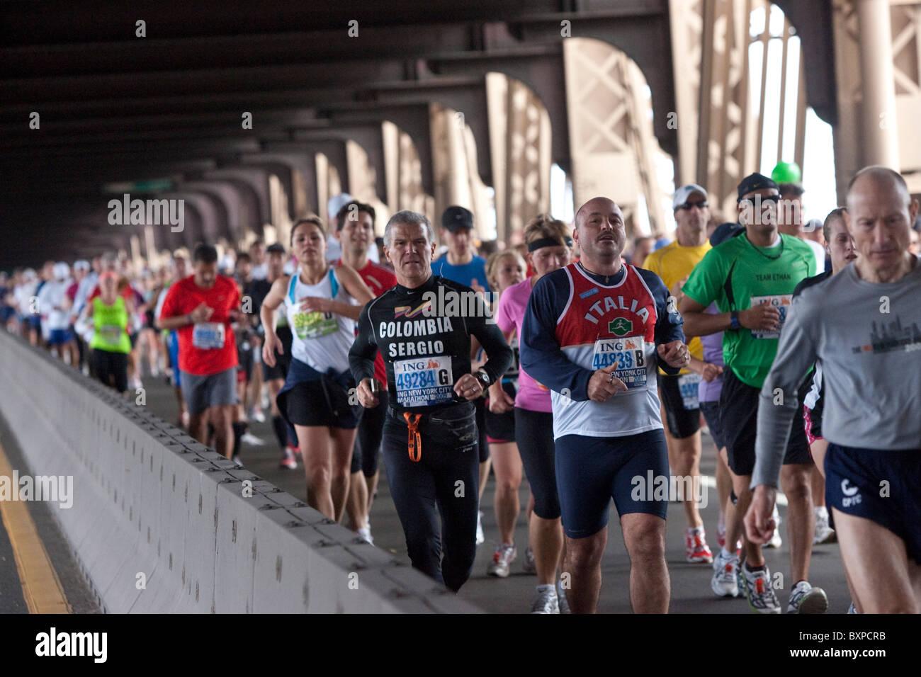 Läufer über die 59th Street Queensboro Brücke während der New York City Marathon 2009 Stockbild