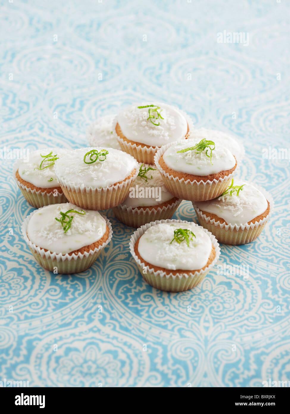 Cupcakes mit weißer Glasur und Kalk, close-up Stockbild