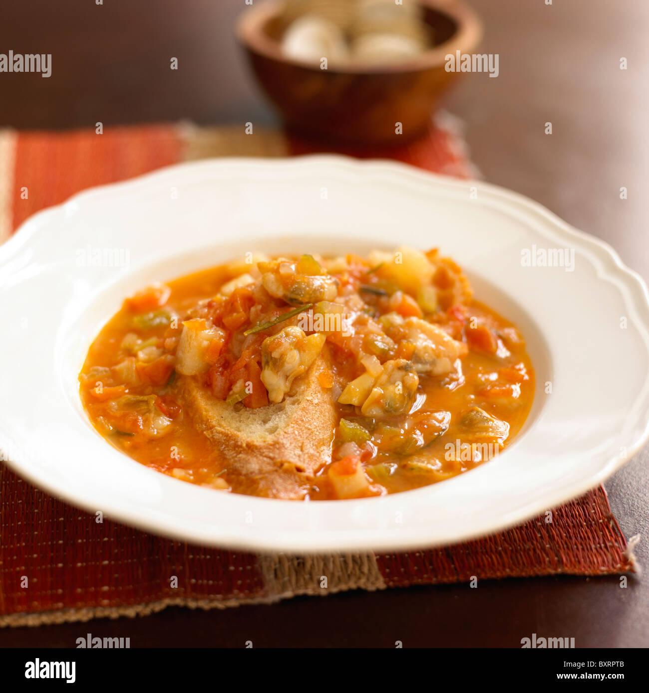 Klobige Kartoffel-Muschel Suppe mit knusprigem Brot Stockbild