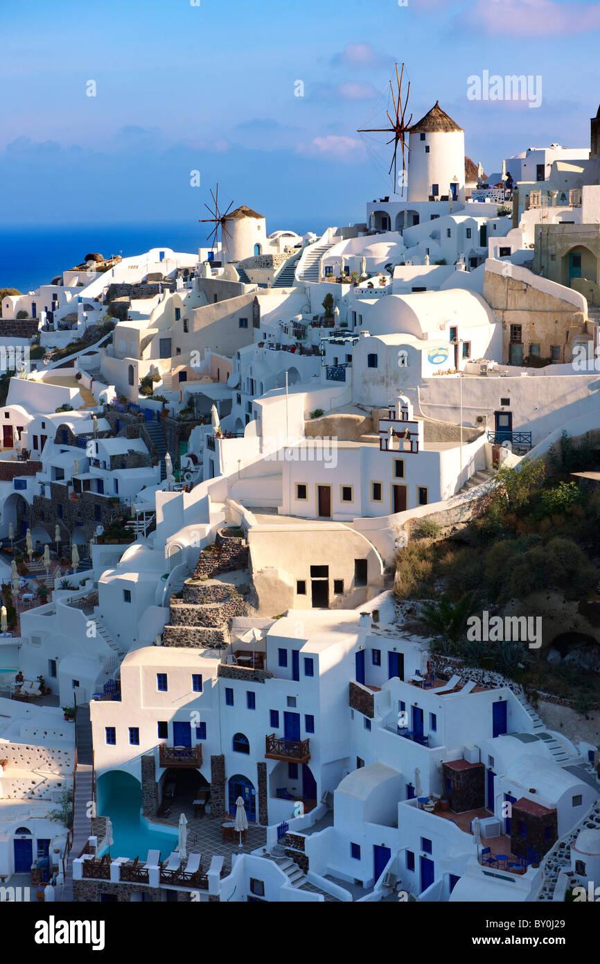 Oia (Ia) Santorini - Windmühlen und Blick auf Stadt, griechischen Kykladen-Inseln - Bilder, Fotos und Bilder Stockbild