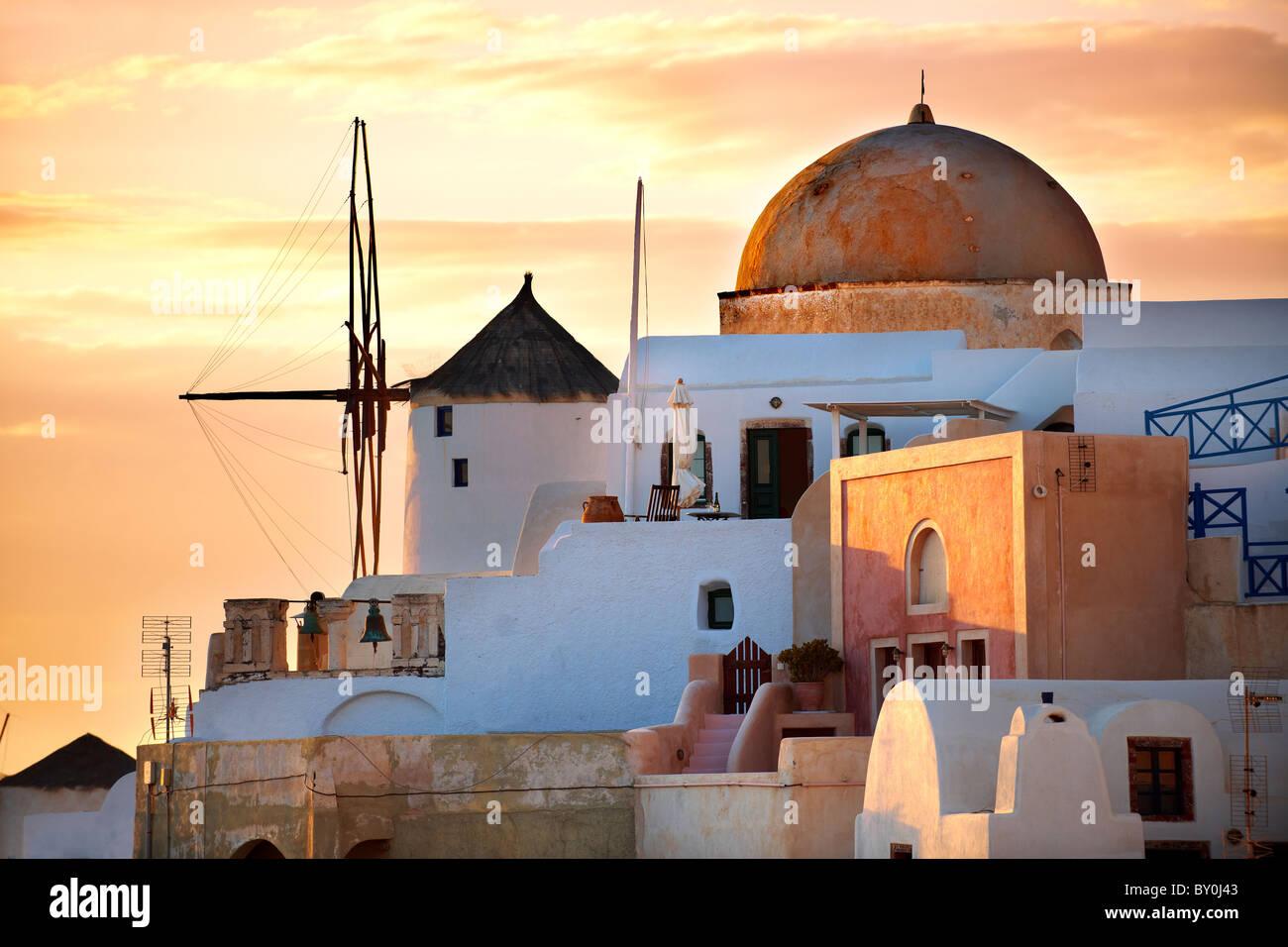 Oia (Ia) Santorini - Windmühlen und Stadt bei Sonnenuntergang, griechischen Kykladen-Inseln - Fotos, Bilder Stockbild