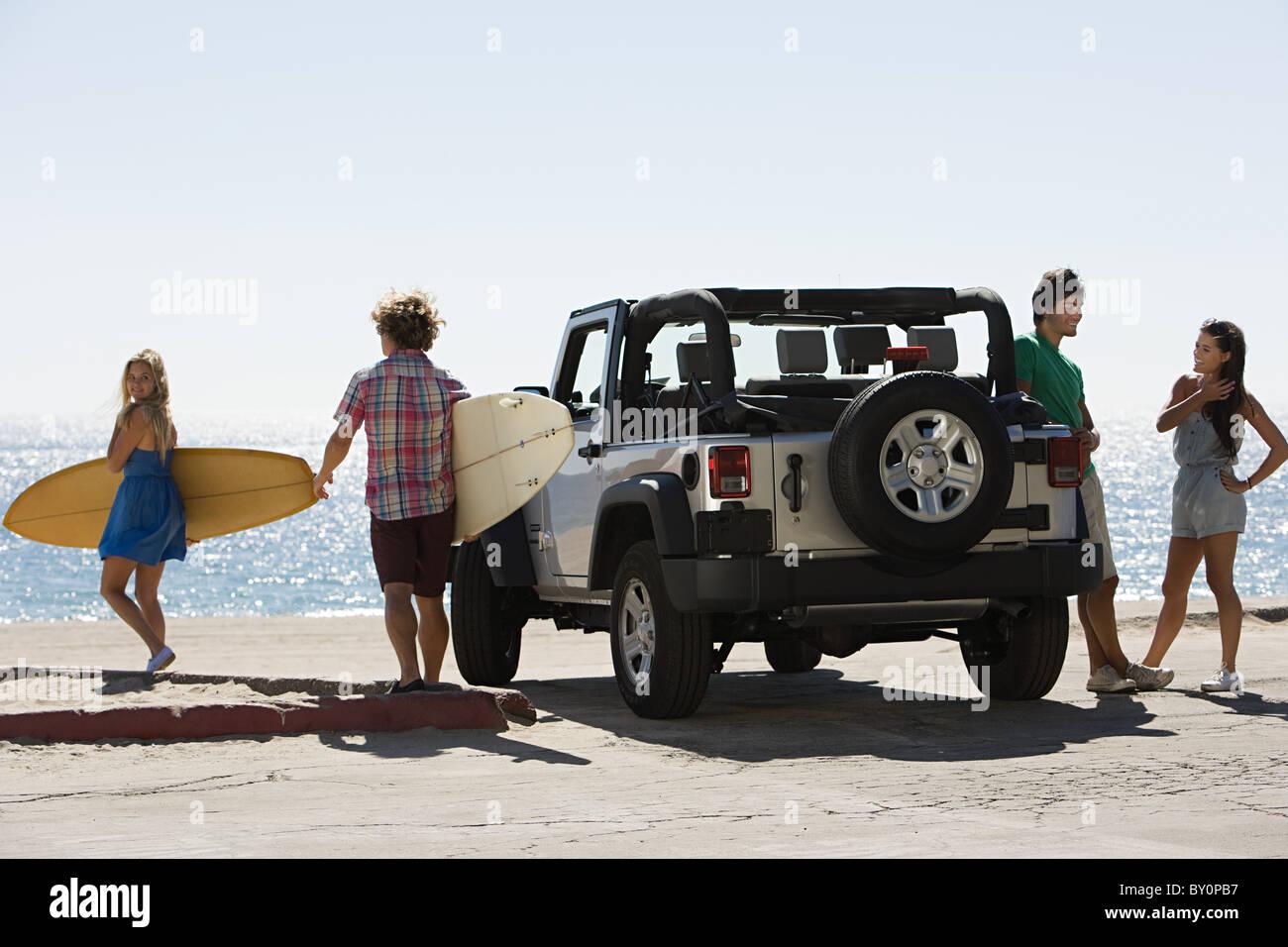 Freunde von Fahrzeug mit Surfbrettern Stockbild