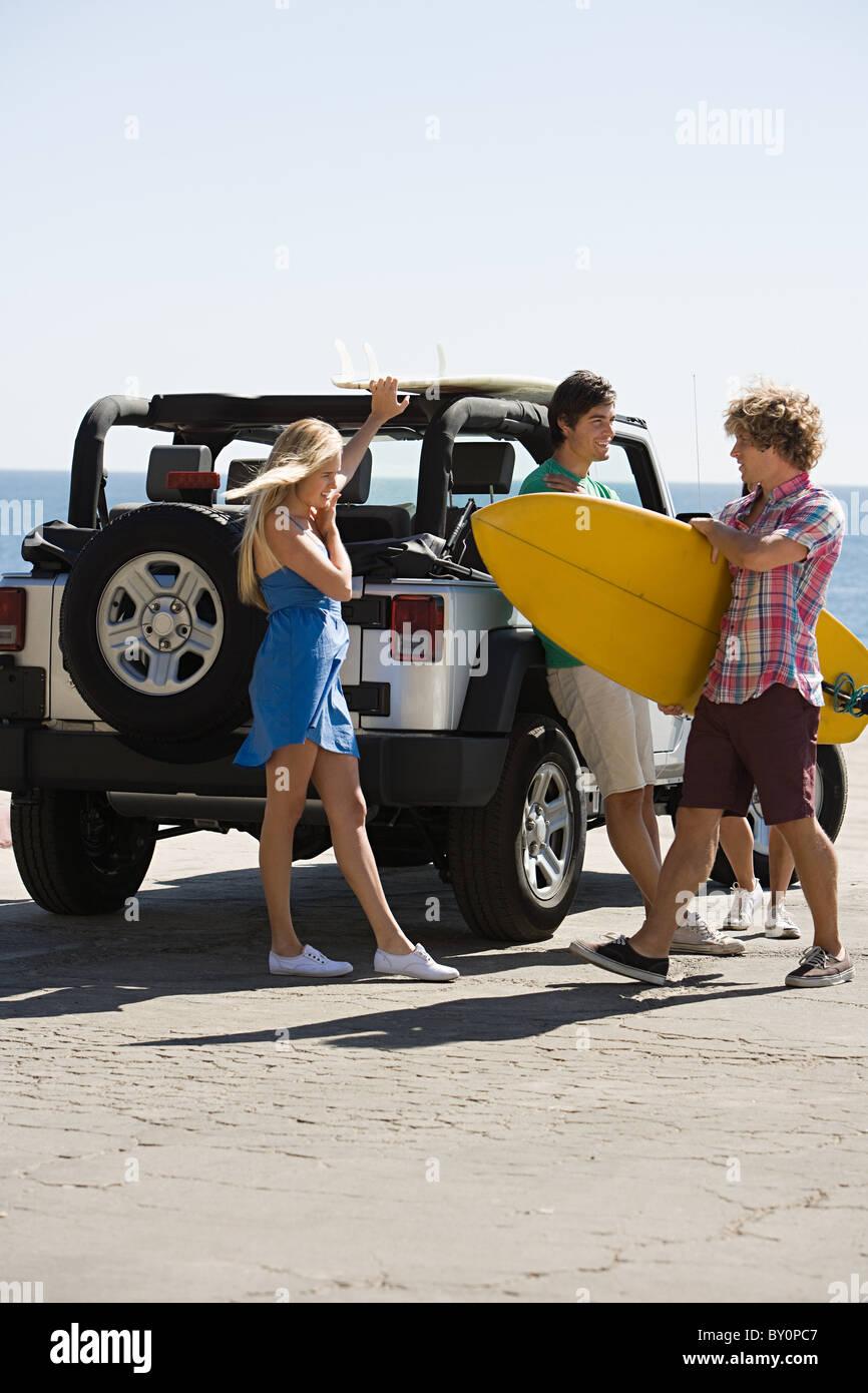 Freunde von Fahrzeug mit Surfbrett Stockbild