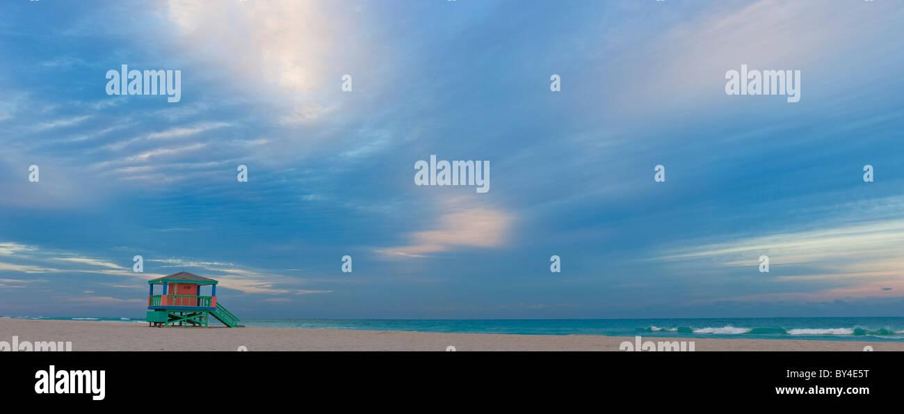 Rettungsschwimmer-Hütte, am frühen Morgen, South Beach, Miami, Florida, USA Stockbild