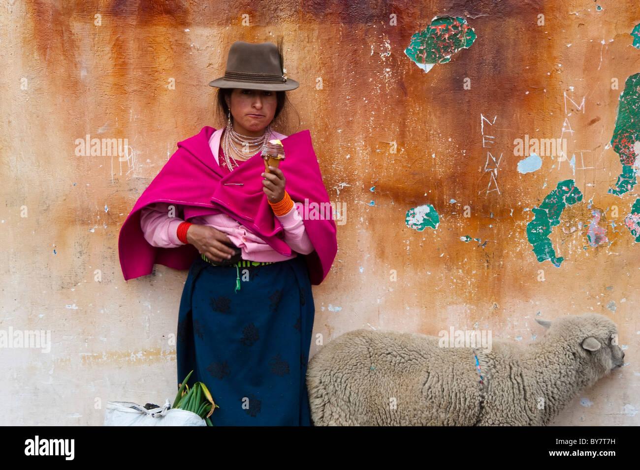 Einheimische Frau mit Eis, Guamote, Hochland, Ecuador Stockbild