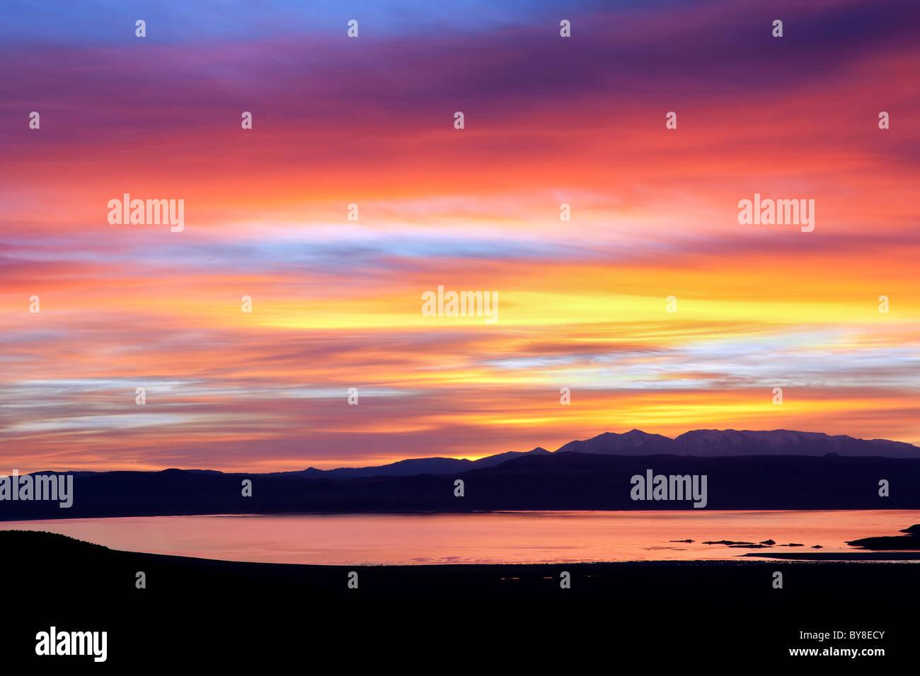 Sonnenuntergang über Mono Lake, Kalifornien Stockbild