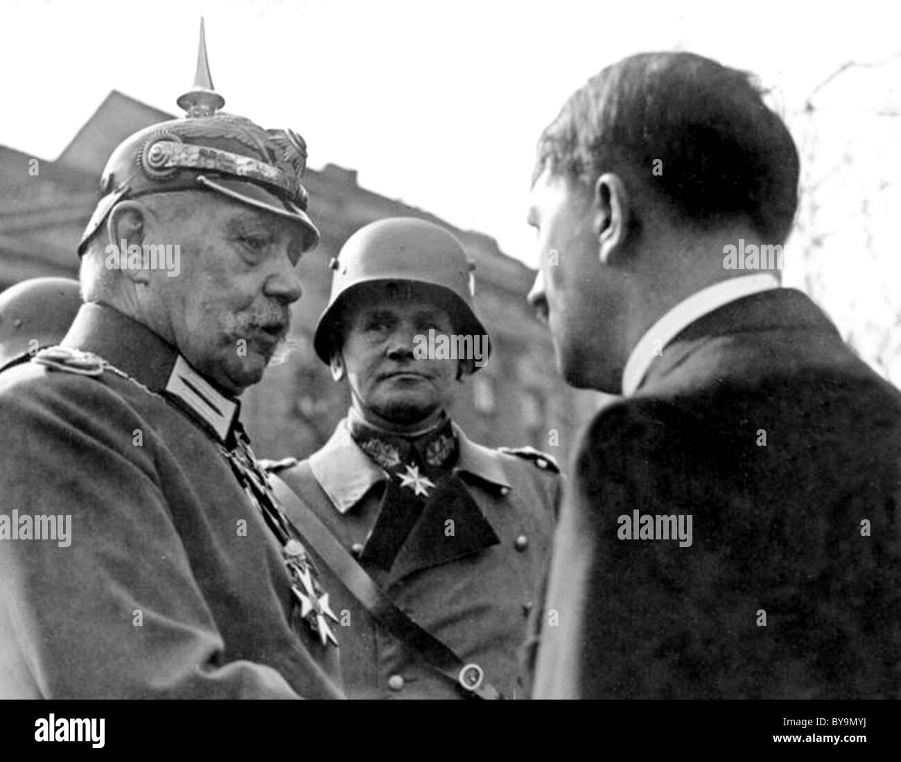 PAUL VON HINDENBURG Prtesident der deutschen mit Hitler auf der rechten Seite und Werner von Blomberg in Potsdam Stockbild
