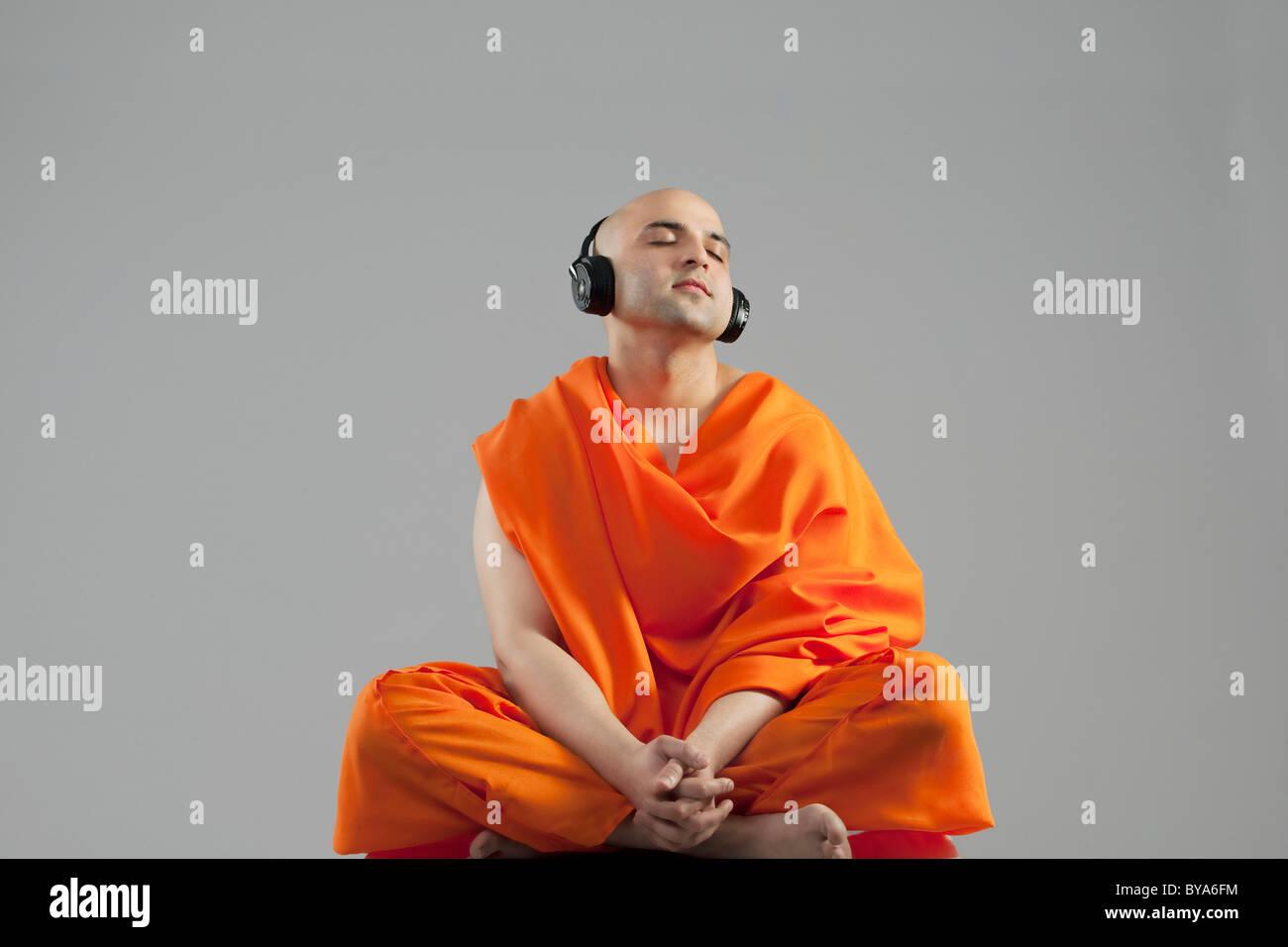 Mönch, Musik hören Stockfoto
