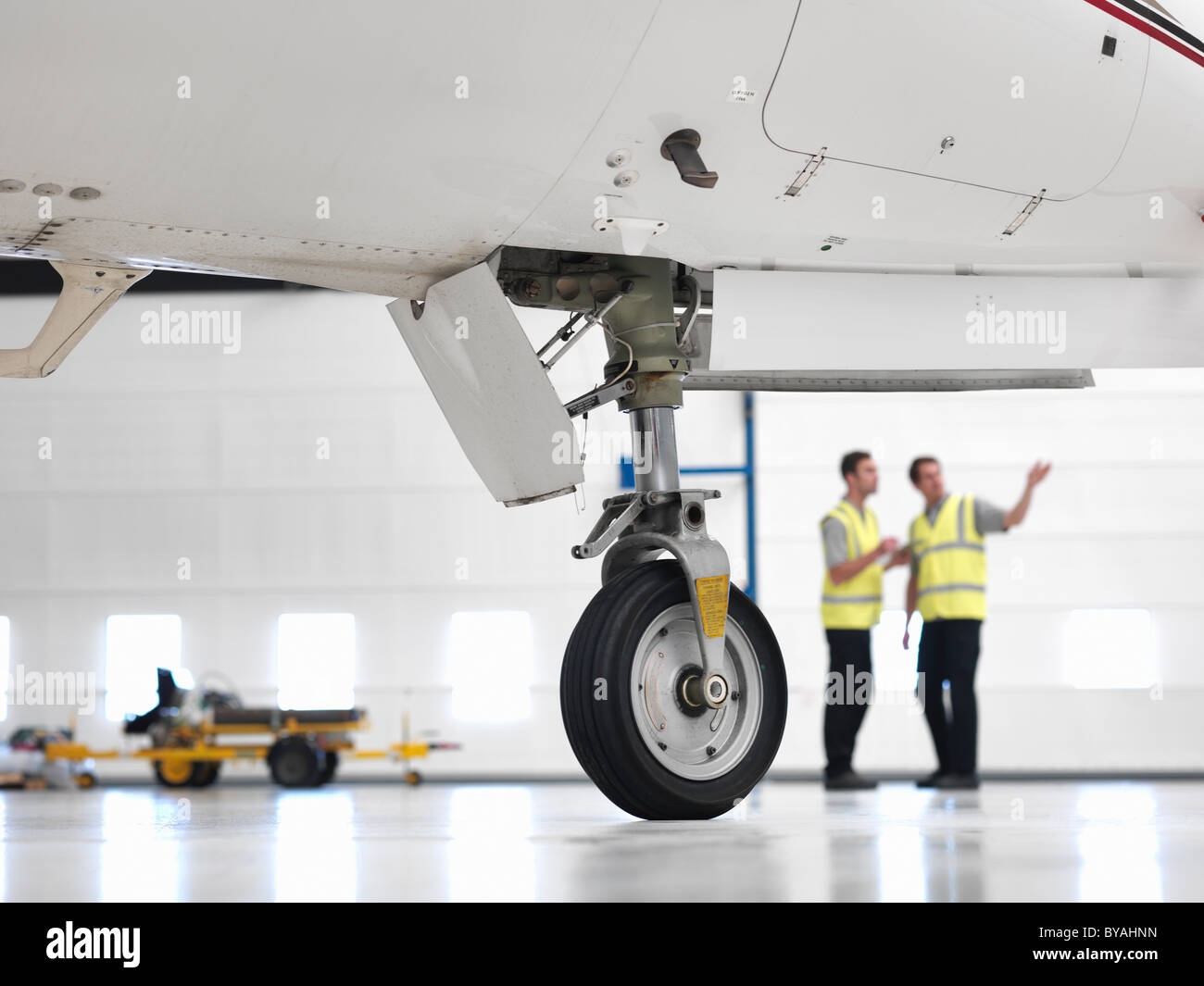 Ingenieure mit Jet Flugzeug Rad Stockbild