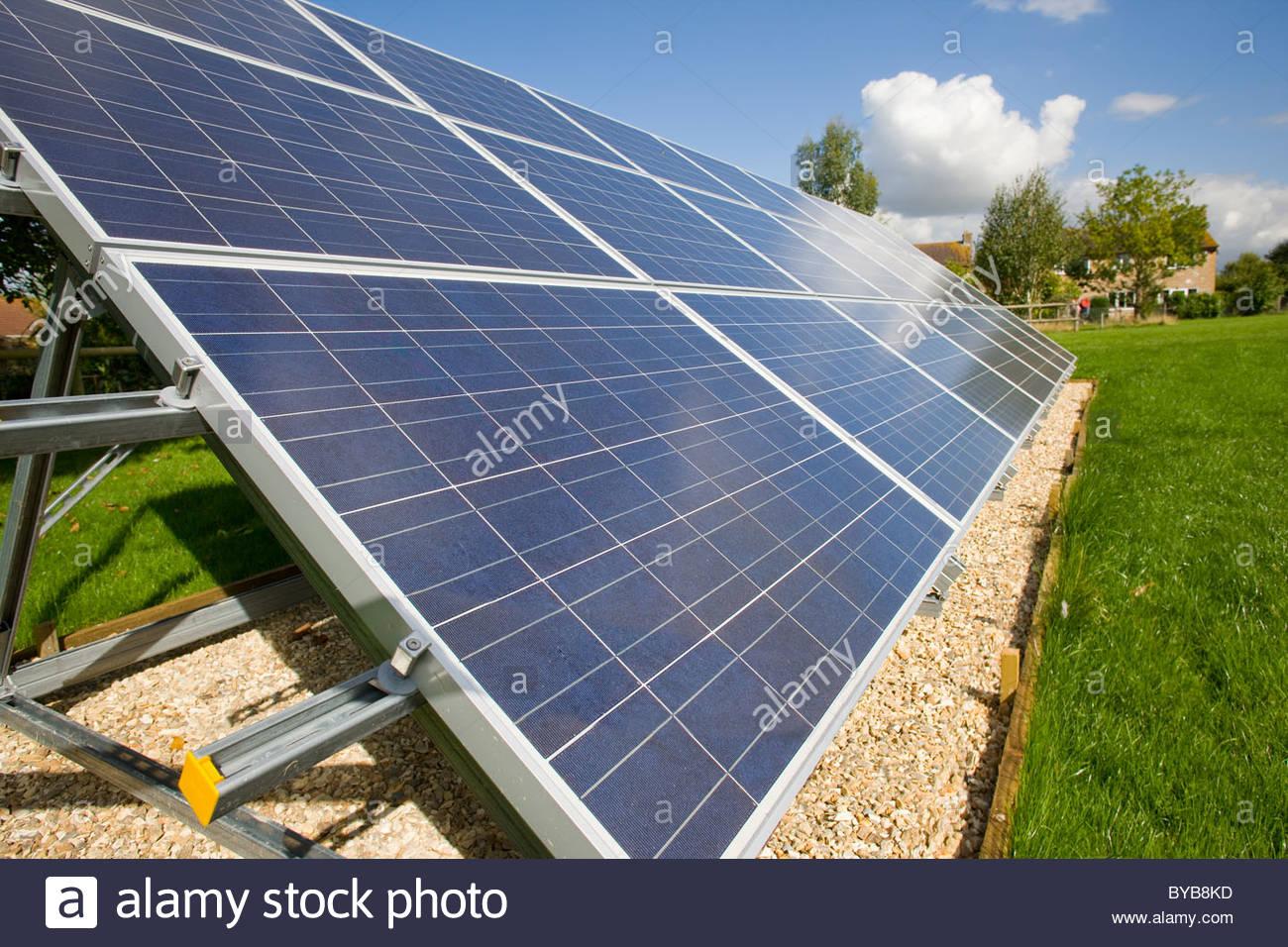 Große Solar-Panels unter blauem Himmel Stockbild