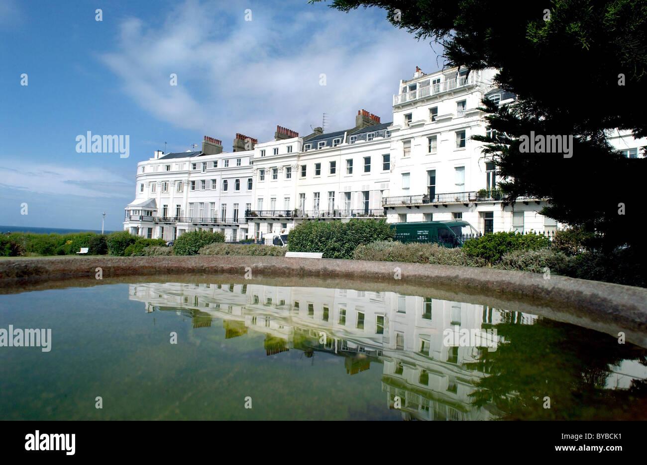 Klassische Regency Häuser an der Küste von Sussex Square, wider Brighton in eine Vogeltränke in die Stockbild