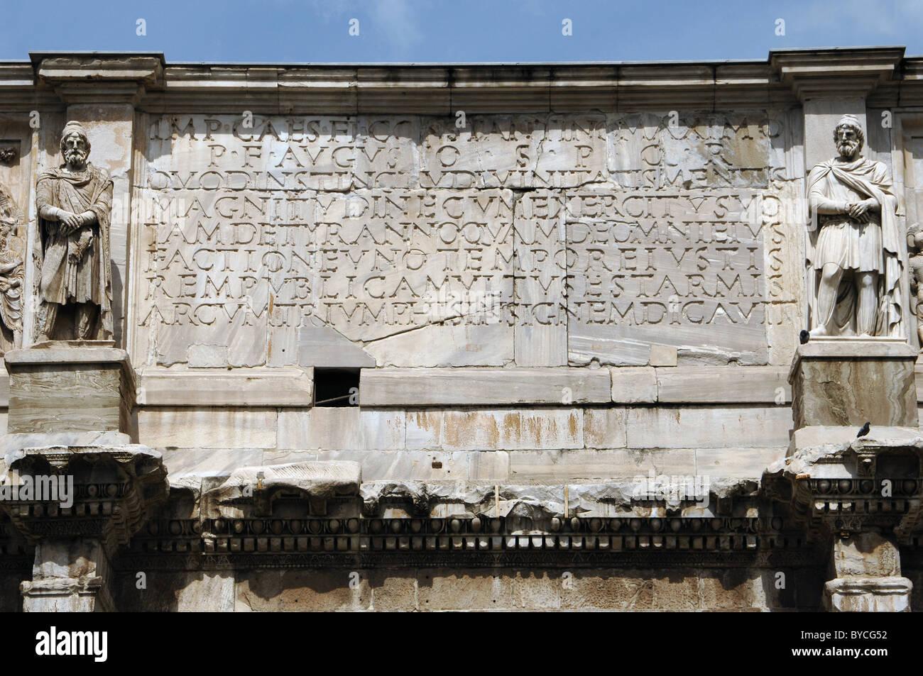 Römische Kunst. Bogen von Constantine. Lateinische Inschrift. Rom. Italien. Stockbild