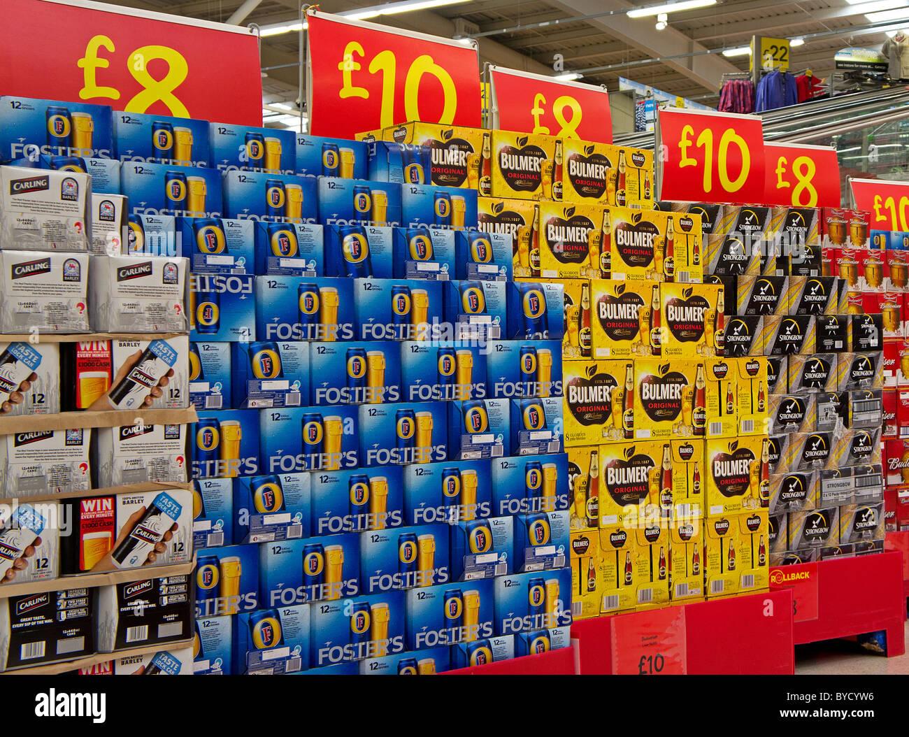 Packungen mit billigem Bier in einem Asda Supermarkt, UK Stockbild