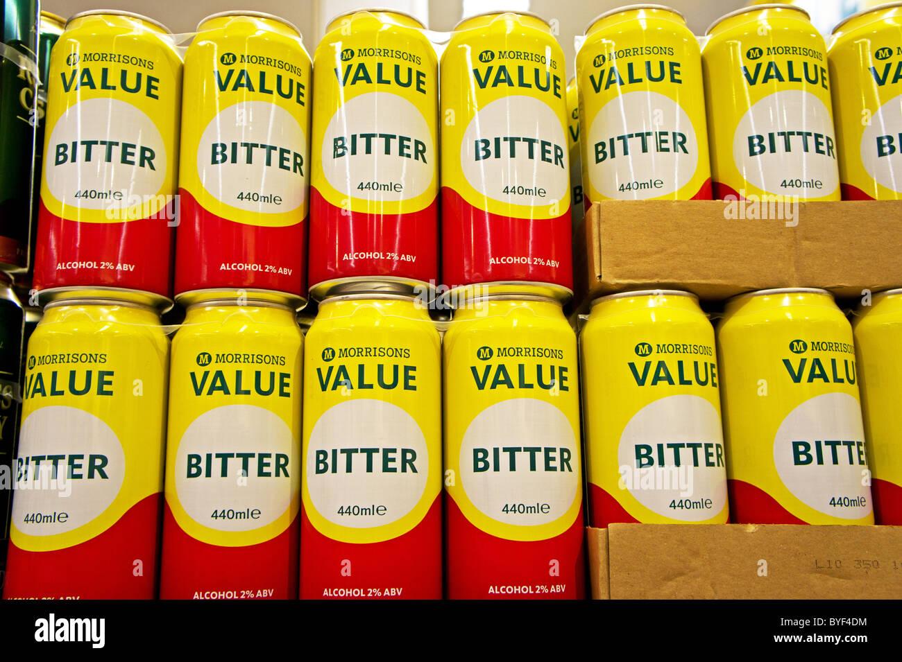 Billige Dosen Lager billige Dosen Bier in einem Safeway-Supermarkt, Uk Stockbild