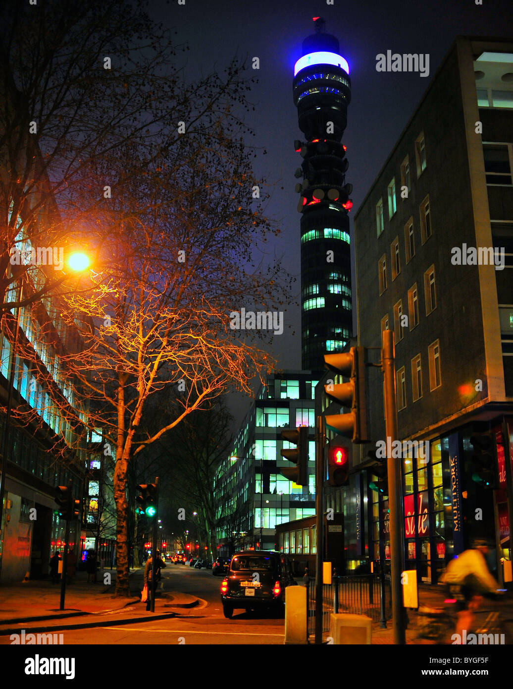 Straßenbild in der Nacht mit BT tower Post Office Tower, London Stockbild