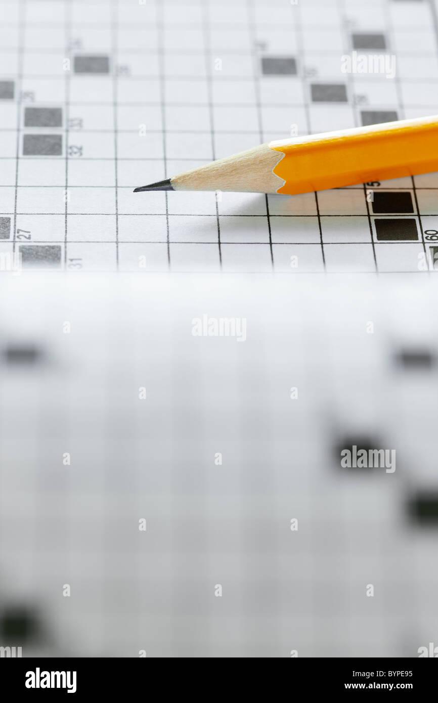 Nahaufnahme von Bleistift auf Kreuzworträtsel. Textfreiraum Stockbild