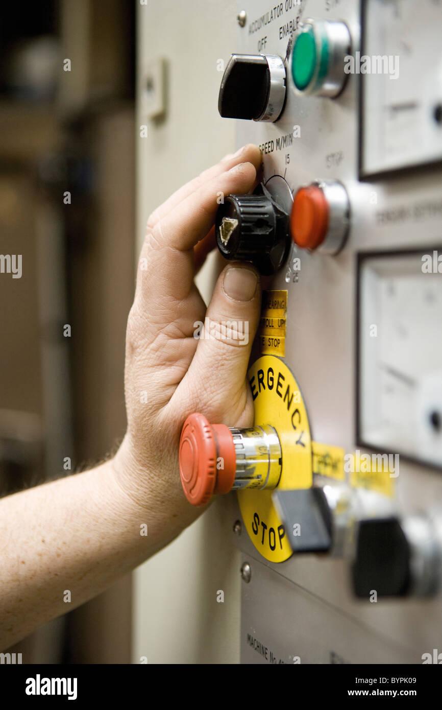 Arbeiter Geschwindigkeit Einstellknopf auf Scherung Maschinensteuertafel im Teppich Fliesen-Fabrik Stockbild