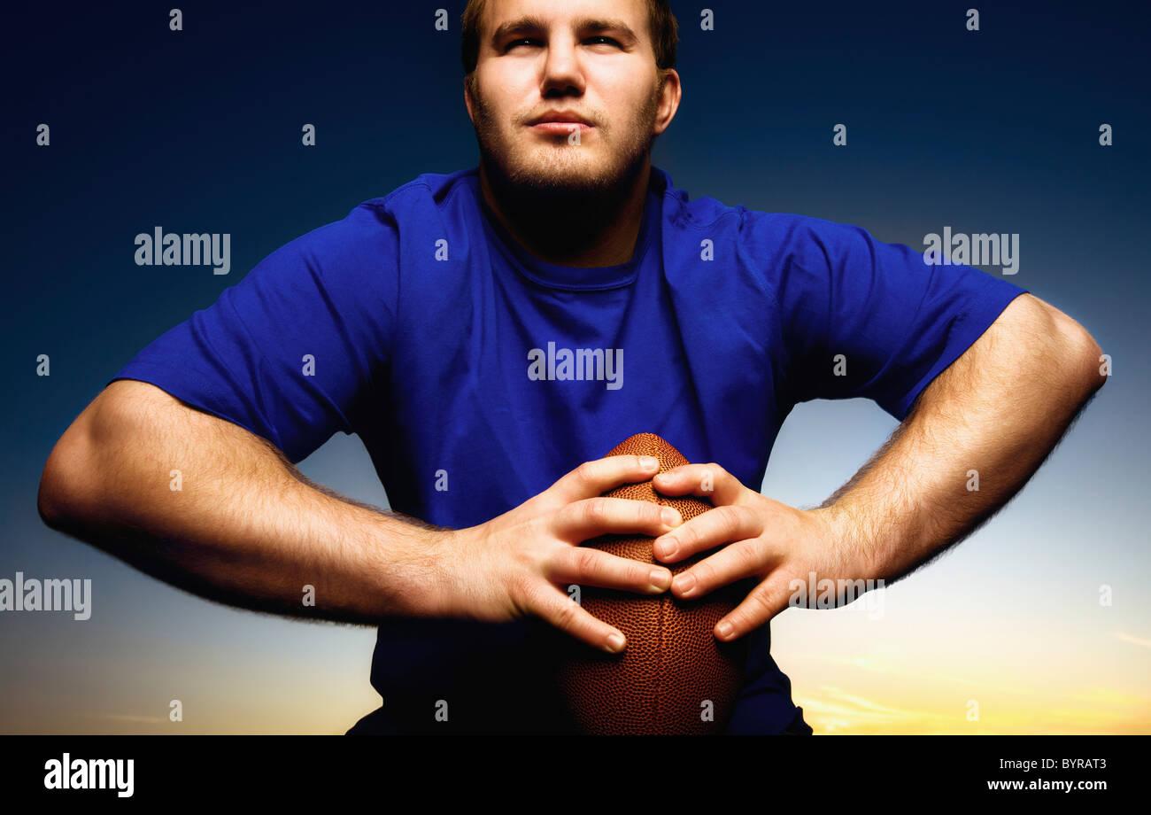 junger Mann hält einen Fußball; Wilmar, Minnesota, Vereinigte Staaten von Amerika Stockbild