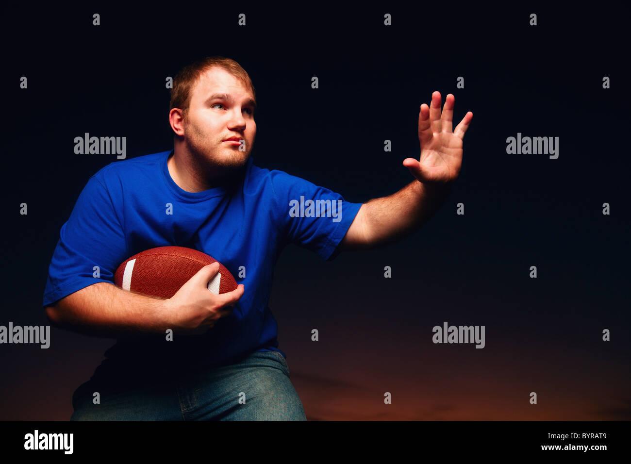 ein junger Mann Fußball spielen; Wilmar, Minnesota, Vereinigte Staaten von Amerika Stockbild