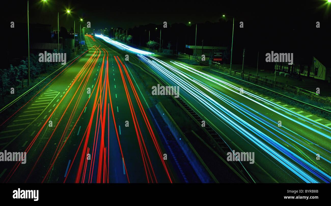 Lichtspuren auf einer viel befahrenen Straße in der Nacht; Dublin, Irland Stockbild