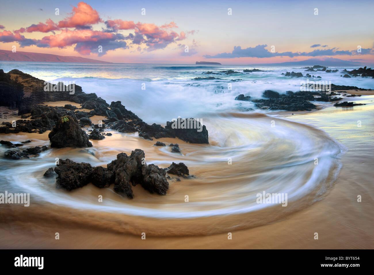 Wave-Muster und Sonnenaufgang Wolken. Maui, Hawaii Stockbild