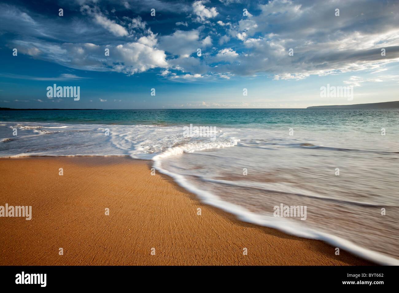 Strand, Wellen und Wolken. Maui, Hawaii. Stockbild