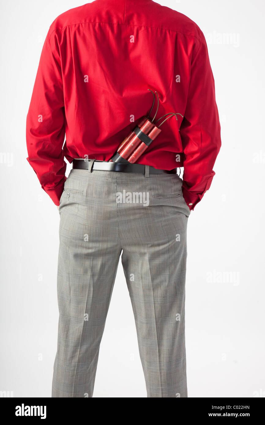 Rückseite Mann mit TNT oder Dynamit auf der Rückseite Hose versteckt hat er seine Hände in den Taschen. Stockbild