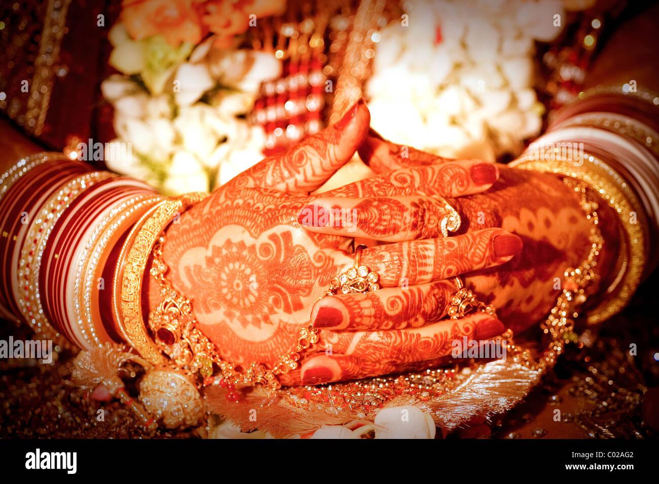 Eine indische Braut mit ihren Händen mit Henna bemalt. Stockfoto