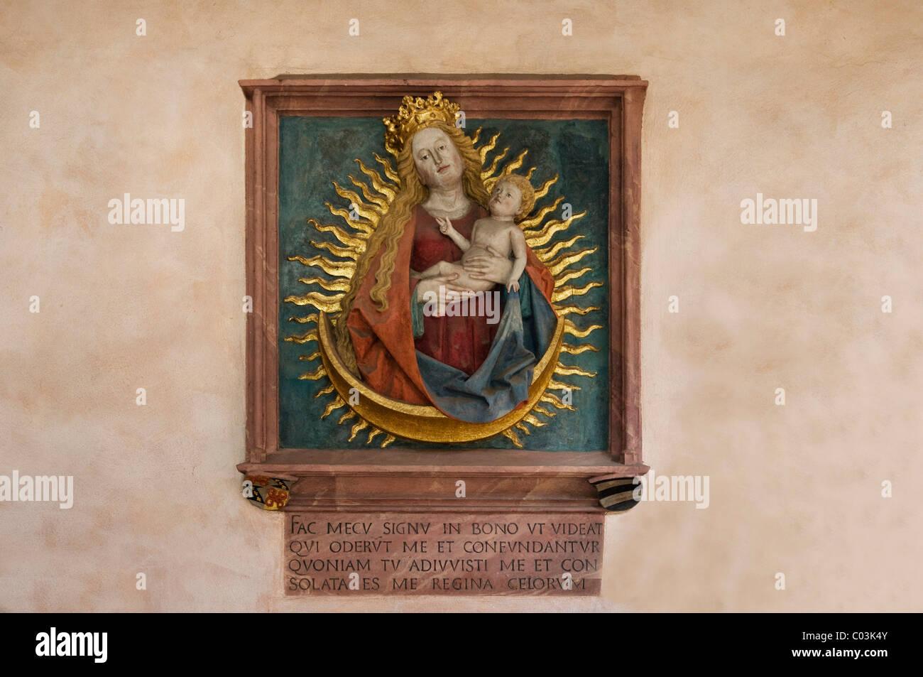 Bildnis Marie im Mainzer Dom mit einer lateinischen Inschrift, Mainz, Rheinland-Pfalz, Deutschland, Europa Stockbild