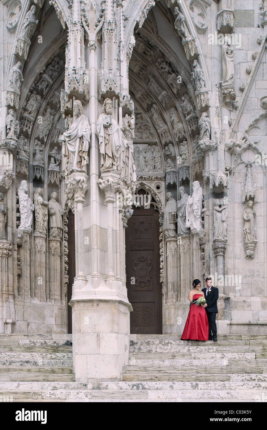 Braut und Bräutigam am Westportal, Regensburg Dom St. Peter, UNESCO-Weltkulturerbe, Regensburg, Oberpfalz Stockbild
