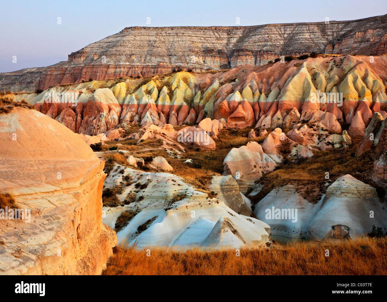 Große Auswahl an Formen, Formen und Farben in der Landschaft von Kappadokien, Nevsehir, Türkei. Aufgenommen Stockbild