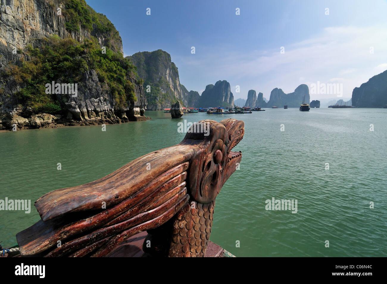 Drache auf eine Junk, Halong Bucht, Vietnam, Südostasien Stockbild