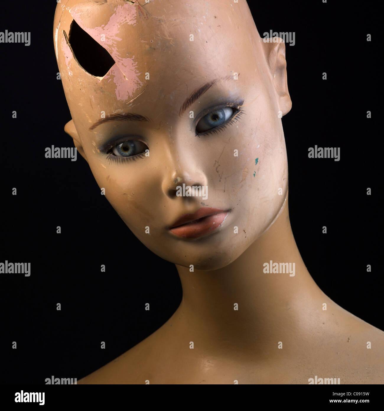 Häusliche Gewalt-Konzept - Nahaufnahme des Gesichts von gebrochenen weibliche Schaufensterpuppe Stockbild