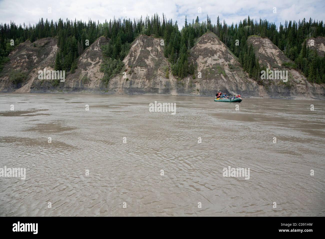Eine Familie genießt den Tag auf eine Floßfahrt Schwimmer Yukon River im Yukon-Charley Rivers National Stockbild