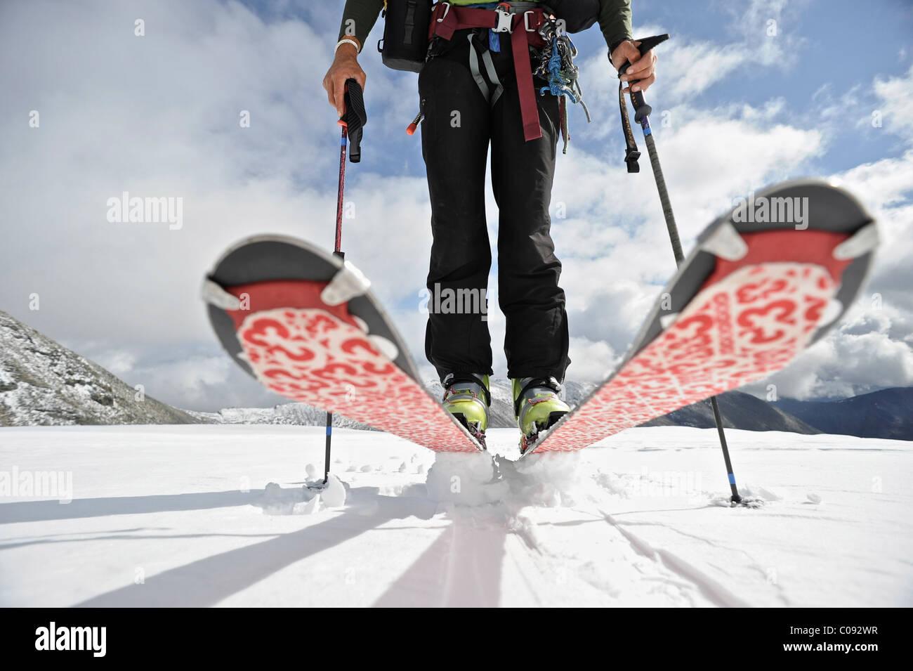 Nahaufnahme von einem Backcountry Skifahrer auf dem Gletscher auf der Nordseite des Mount Chamberlin, Brooks Range Stockbild