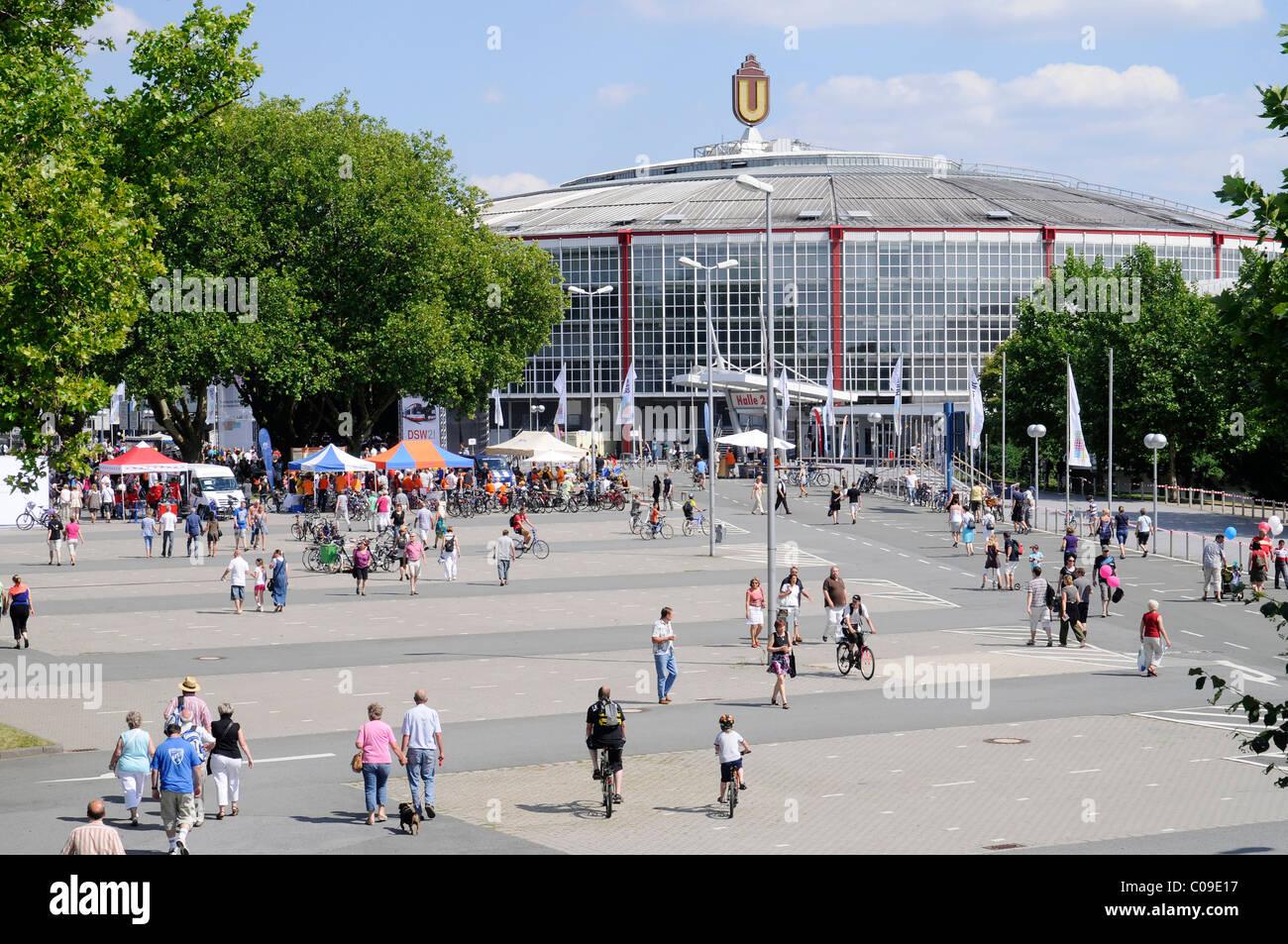 Westfalenhallen Hall, Still-Leben Ruhrschnellweg, B1, A 40 Autobahn, Autobahn gesperrt für Autos, Kunst-event Stockbild
