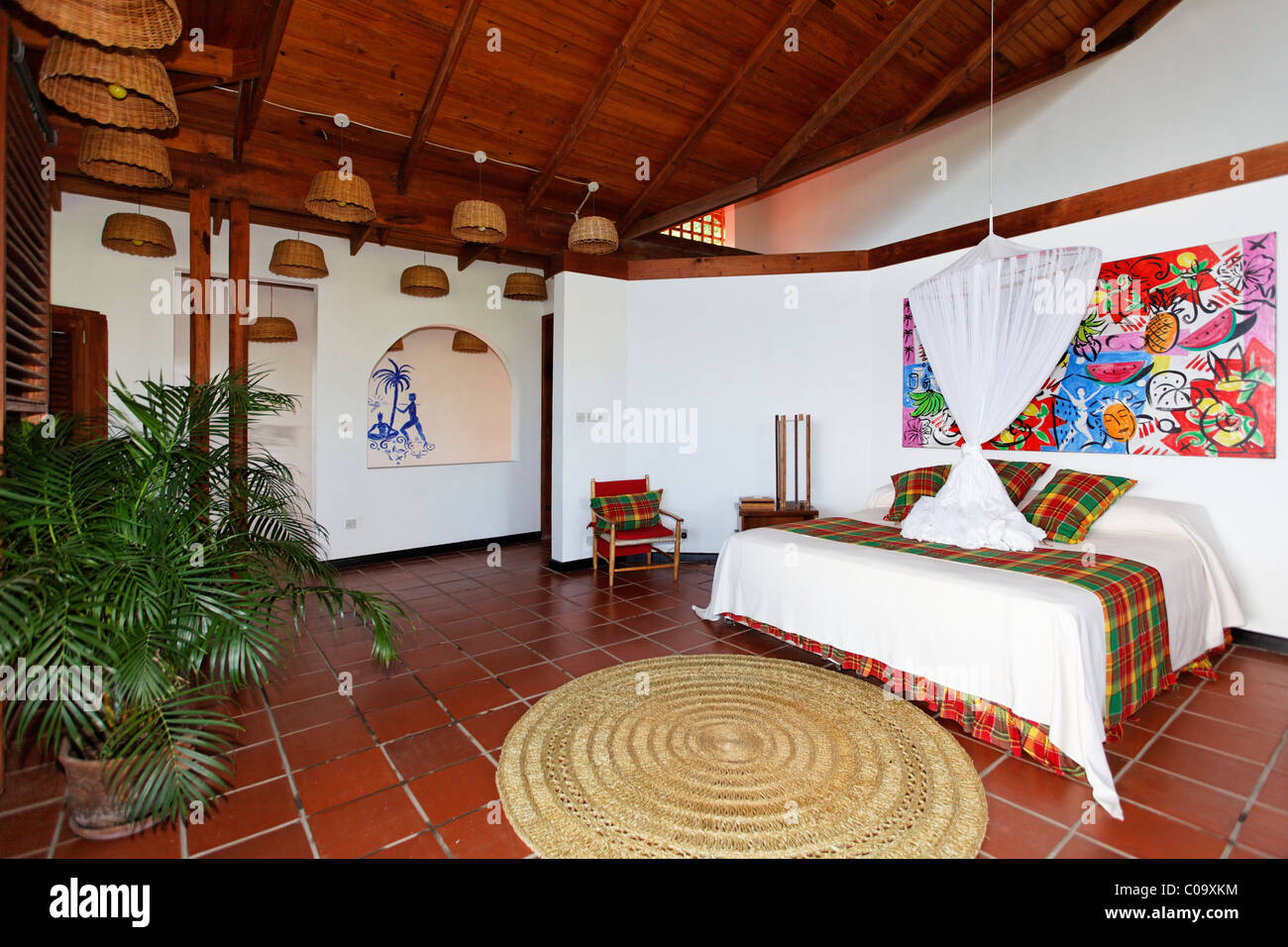 Hotelzimmer mit Originaldruck von Stefan Szcesny, Luxus Hotel Anse Chastanet Resort, LCA, St. Lucia, Saint Lucia Stockbild