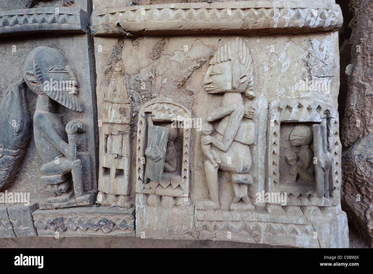 Detail einer schön geschnitzten Dogon-Tür, Alltag und mythischen Situationen darstellen. Zahlt Dogon, Stockbild