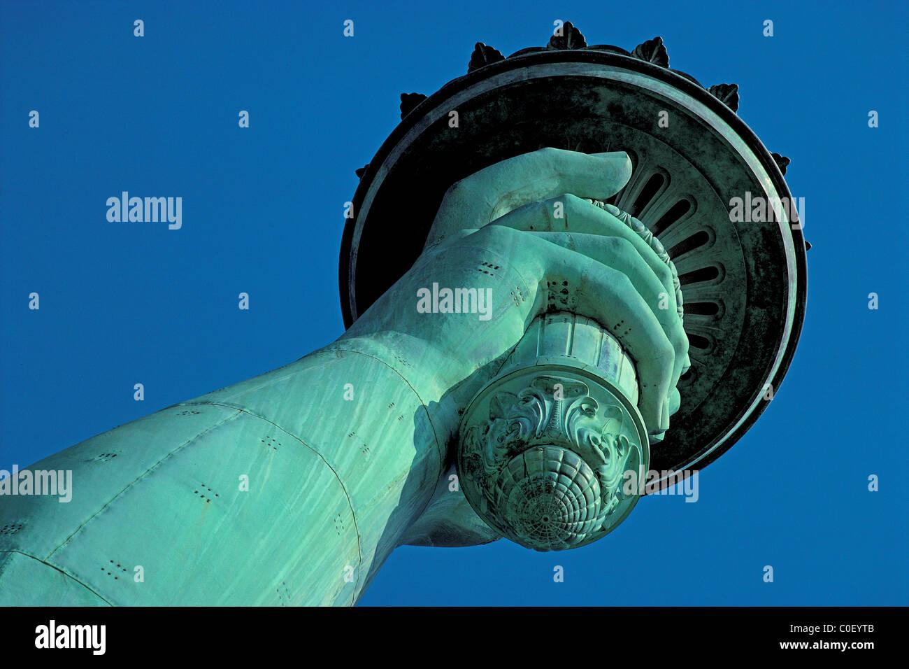 Freiheitsstatue auf Liberty Island in New York, blickte zu ihrer rechten Hand ihre Fackel hält. Stockbild