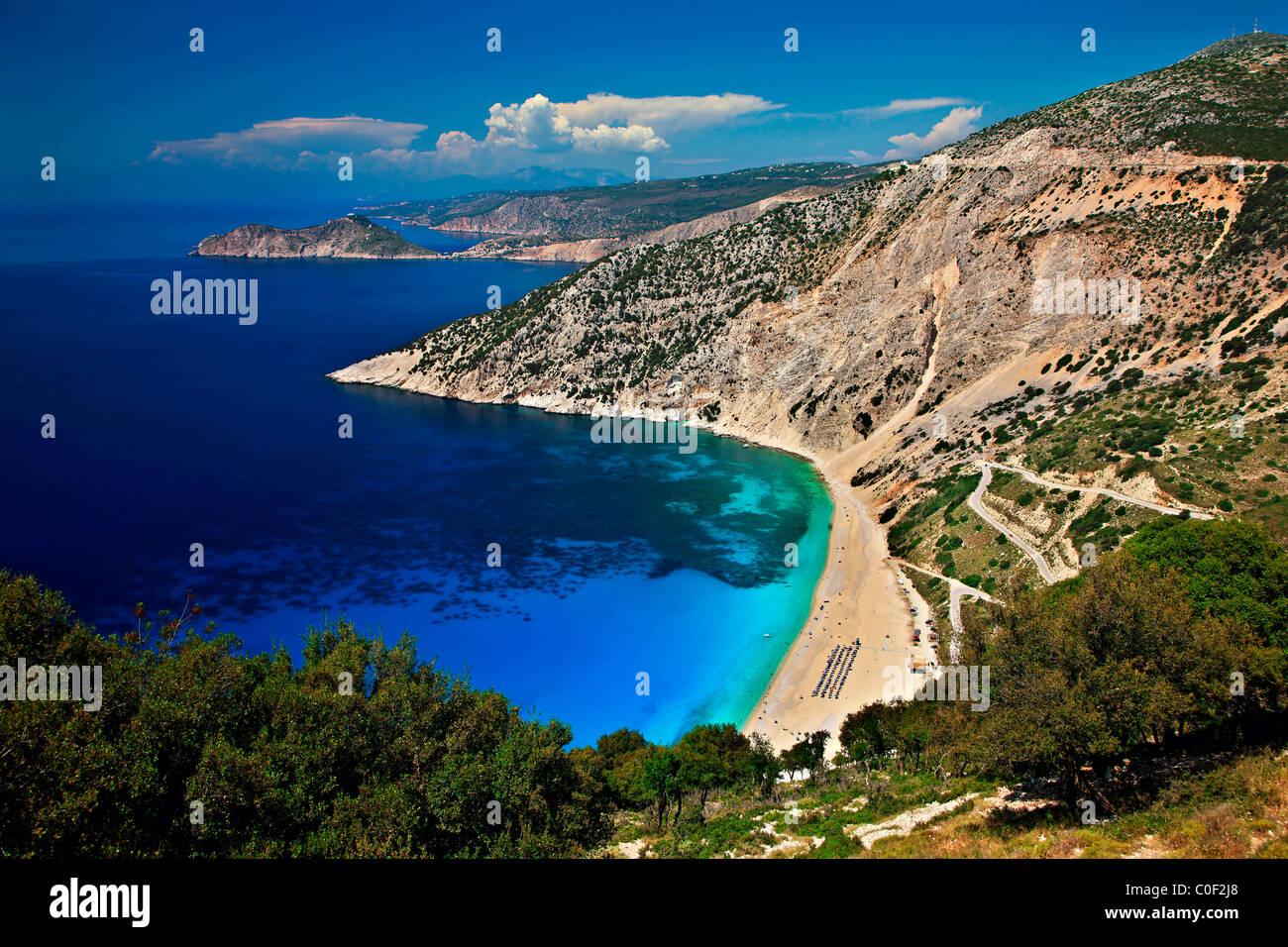 Weltberühmten Myrtos Strand auf der Insel Kefalonia. In dieser kleinen Halbinsel im Hintergrund sehen Sie Assos Stockbild